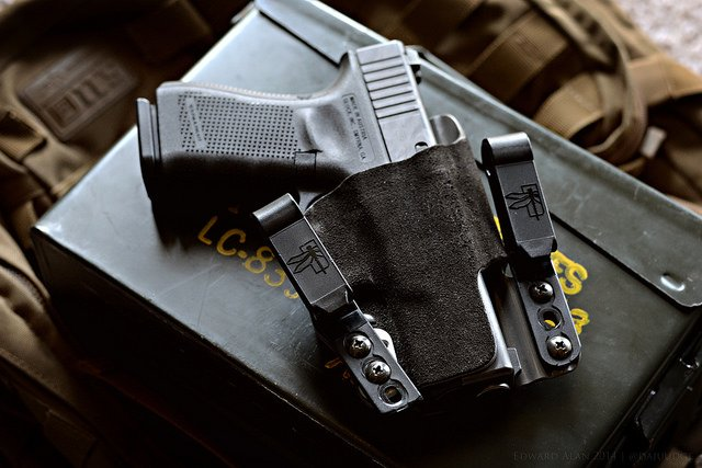 Choosing The Best IWB Holster for Glock 19